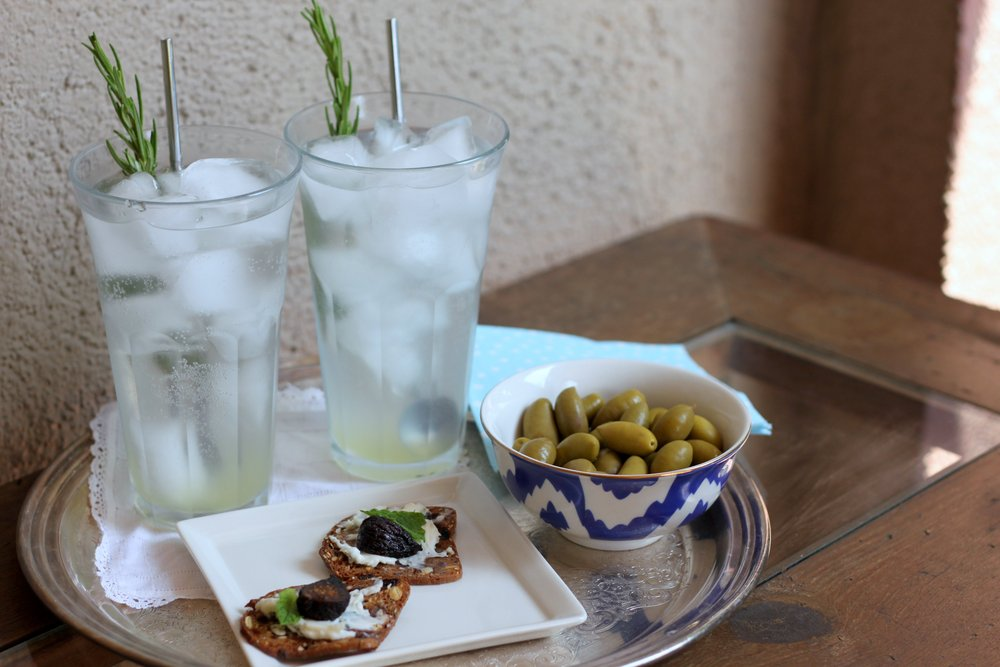 Cocktail O'clock: Rosemary Lemonade with Vodka and a simple fig crostini